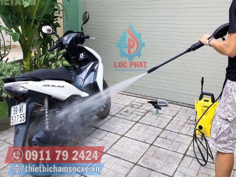 Rửa xe máy tại nhà so với tại cửa tiệm có gì khác biệt?
